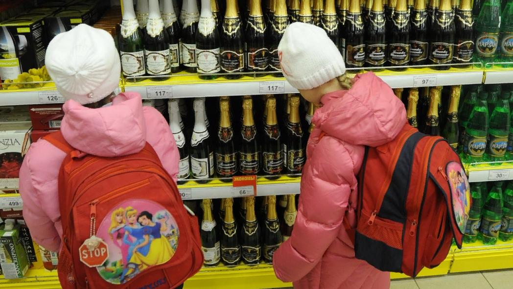 В России предложили не продавать спиртное и сигареты при детях